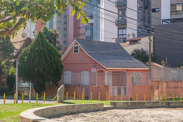 Casa de madeira na Rua Moysés Marcondes, Curitiba