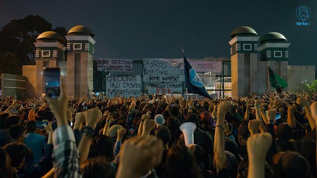 Ribuan Mahasiswa Demo di DPR karena Sedang Kembali Merebut Tahtanya