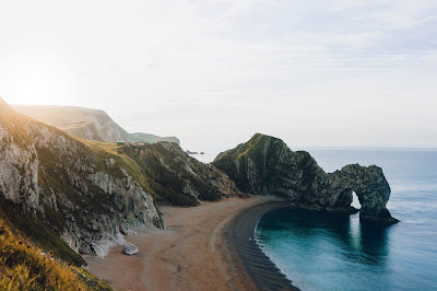 Precioso paisaje de mar con playa y montañas