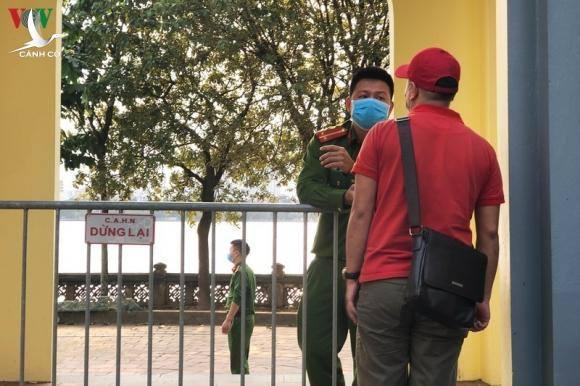 Tụ tập lễ bái ở Phủ Tây Hồ giữa dịch: Sẽ xử phạt những ai vi phạm
