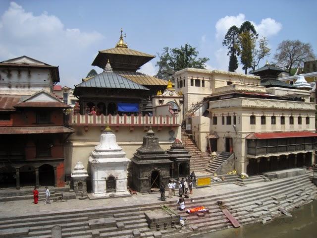 Preparando la pira funeraria en Pashupatinath