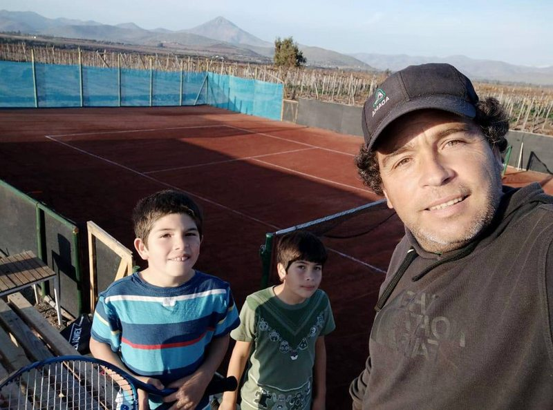 Por $790 mil y con sus propias manos, agrónomo les hizo cancha de tenis a sus hijos