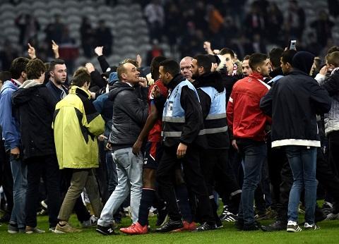 CĐV Lille lao xuống kín sân đòi xử các cầu thủ