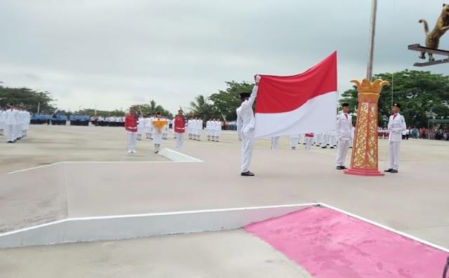Dihadiri Ribuan Peserta, Pengibaran Bendera Berlangsung Khidmat