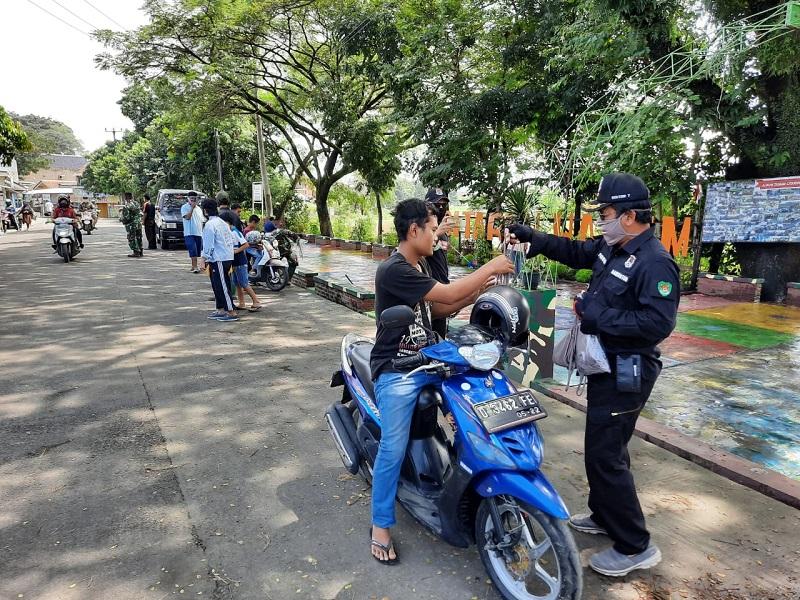 Aksi Simpatik Satgas Citarum Sektor 7Bagikan Masker dan Sosialisasi PSBB