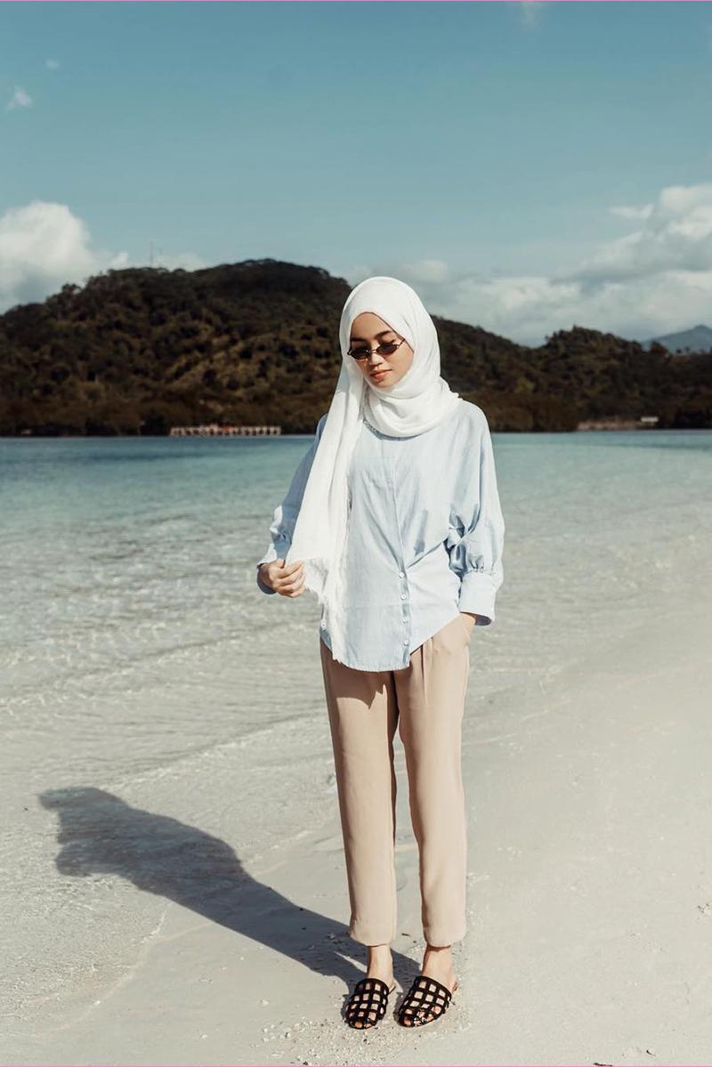 Cewek manis Gaya Foto di Pantai Setengah Horison Model Hijab