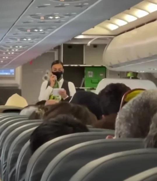 Solo en México… alburean a azafata con la vieja confiable y llama a Benito Camelo y a Alma María por el altavoz