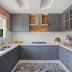 Cozinha cinza e branca com tijolinhos e piso de ladrilhos!