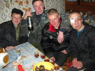 Lustige Männer Party Fotos - Party Hard total fertig