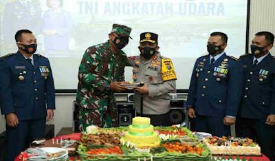Kapolda Sumut Irjen Pol RZ Panca Putra Berikan Suprise Hari Jadi TNI AU ke 75