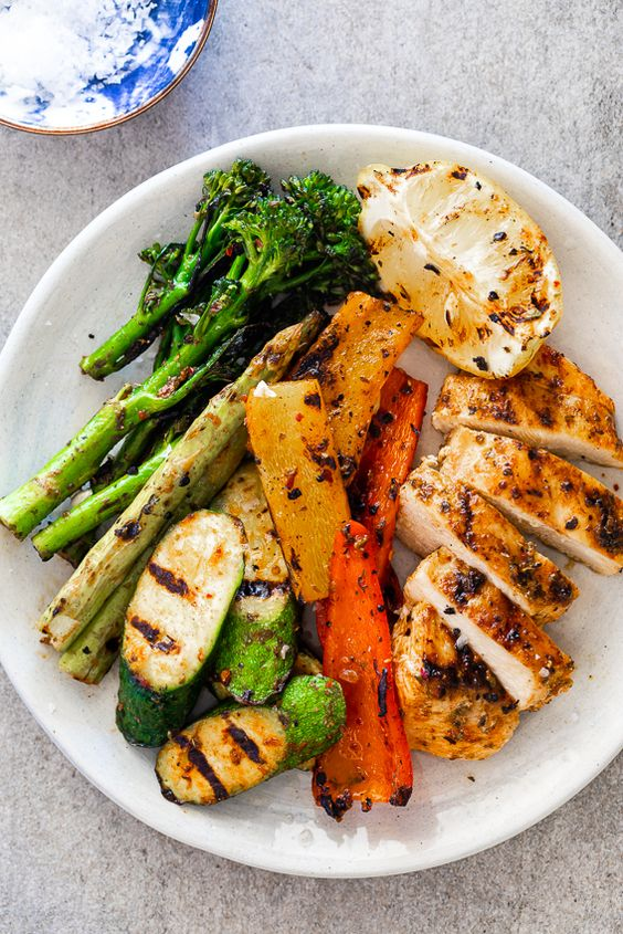30-minute easy grilled chicken and vegetables - This easy grilled chicken and vegetables recipe takes 30 minutes to make and is a delicious, healthy family dinner plus it is great for meal-prep.
