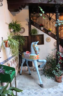 Caballito de madera. Patios con mucha Historia. Los patios de Toledo abren al público por la festividad del Corpus