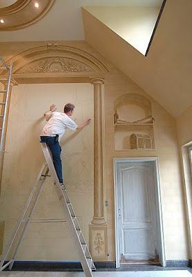 Hombre en una escalera pintando una obra de arte