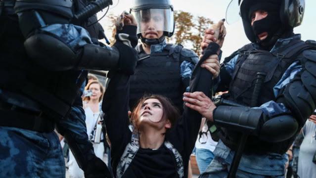 Мирное шествие пыталась остановить полиция и ОМОН, действуя привычными методами