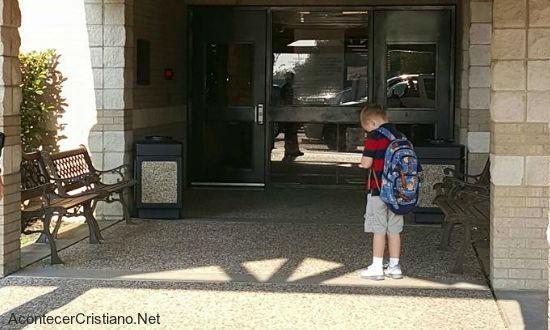 Niño ora y agradece a Dios antes de ingresar a escuela