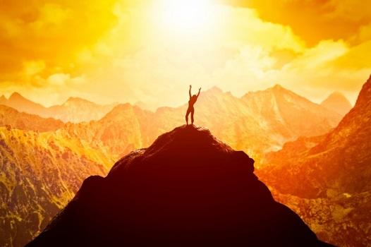 mulher no topo da montanha com linda vista