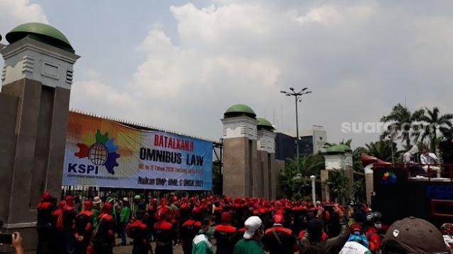Kembali Geruduk Gedung Parlemen, Buruh Desak DPR Lakukan Legislatif Review UU Ciptaker