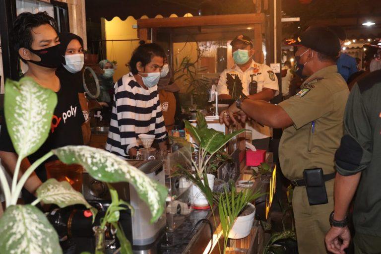 Tim monitoring Satgas Covid-19 Kota Batam Memberikan Surat Peringatan Kepada 13 Pelaku Usaha Yang Mengabaikan Prokes