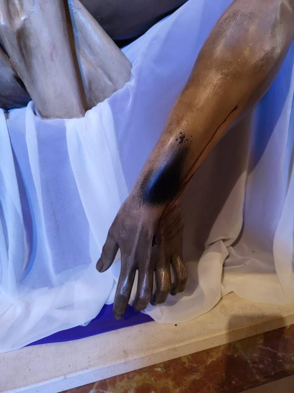 Pintan con spray el brazo de un cristo en Málaga