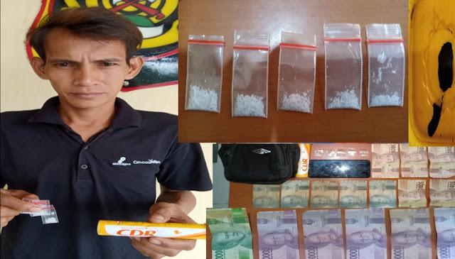 "Musi Banyuasin - majalahglobal.com : Satu Pengedar Narkoba Jenis Sabu - Sabu ditangkap Unit Reskrim Polsek Babat Supat Resort Muba Pada Sabtu 21Maret 2020 sekira jam 23.00 Wib.   Pengedar Narkoba tersebut bernama Supriyanto Als Lamto (34), yang merupakan Warga Dusun 7 kec.Babat supat Kab.Musi Banyuasin ditangkap diwilayah Dusun 7 kec.Babat supat Kab.Musi Banyuasin tepatnya Di Belakang rumah saudara Jhoni Prima.   ""Pelaku ditangkap saat polisi mendatangi tempat tersebut, satu persatu kita geledah hingga pelaku Lamto kita tangkap dengan ditemukan barang bukti, Kata Kapolres Musi Banyuasin AKBP YUDHI SURYA MARKUS PINEM, S.ik melalui Kapolsek babat supat IPTU INDRA WENNI ASAHI, SH,  Senin (23/03/2020).  Penangkapan ini berawal ketika polisi yang dipimpin Kanit Reskrim Polsek babat supat Ipda Azhari Purnama,SH bersama anggota melakukan penyelidikan ditempat orang kumpul - kumpul hingga larut malam terlebih malam Minggu karena diduga menjadi tempatperedaran narkoba.   ""Pada saat penggeledahan, ada  beberapa orang sedang kumpul. Lalu, satu persatu kita geledah, hingga pada tas pelaku pengedar didapat narkoba jenis sabu""Ujarnya.  Dari penggeldahan, 5 (lima) buah plastik bening klip kecil list merah yang berisikan serbuk kristal bening diduga Sabu berat bruto ±1,02 gram, 1 (satu) Botol warna Kuning merk CDR, 1 (satu) Tas Warna Hitam dan satu buah HP Merek Xiaomi warna hitam. Dari hasil intrograsi humas pada pelaku, bahwa ia telah melakukannya sudah cukup lama karena tergiur keuntungan yang besar.  Atas perbuatannya, pelaku pengedar dijerat dengan Pasal 114 Ayat (1) Dan atau Pasal 112 ayat (1) UU RI NO. 35 Tahun 2009 Tentang Narkotika dengan ancaman hukuman maksimal 20 tahun penjara.( Sadiman)"
