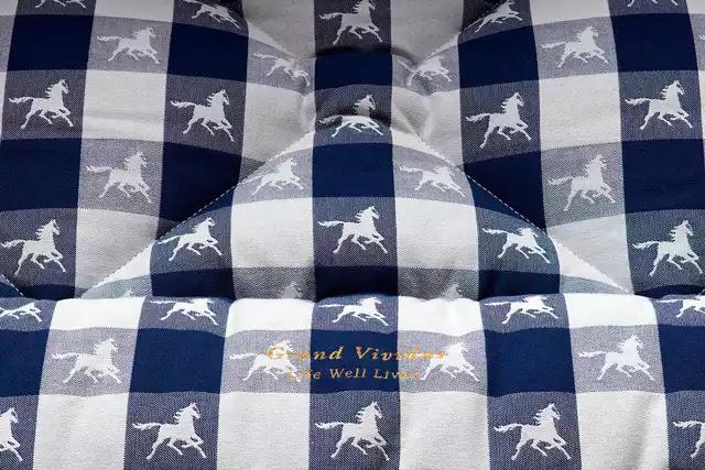 Hästens'in 1917'den beri kullandığı mavi ekose kumaş, Grand Vividus'ta popülerliğini koruyor.
