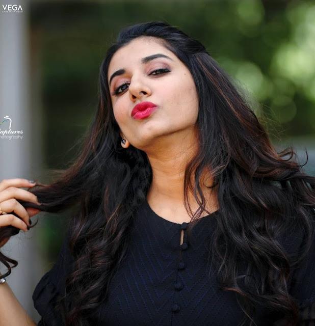 Vishnu Priya Bhimeneni Cute Photo Stills 2021 Navel Queens