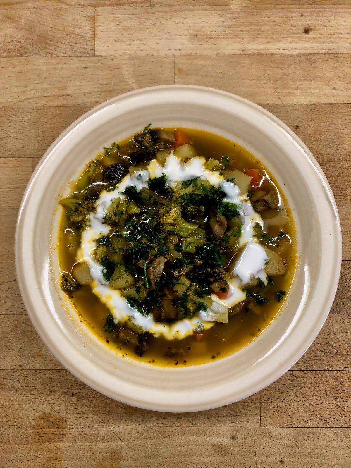 Zupa ziemniaczana z brukułem, grzybami oraz kalarepą.