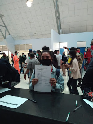 Warga Tual Pelaku Perjalanan saat tiba menggunakan Pesawat menandatangani Pernyataan Karantina Mandiri
