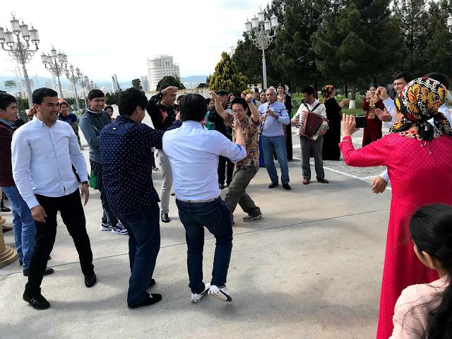 トルクメニスタンのアシュガバード市内で遭遇した結婚式