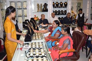 गहना कोठी भगेलू राम रामजी सेठ के प्रतिष्ठान पर ग्राहकों की भीड़ | #NayaSaberaNetwork