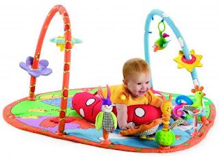 Tudo o que você precisa é de um tapete pequeno e macio, uma criança e dois pais com imaginação para compartilhar.