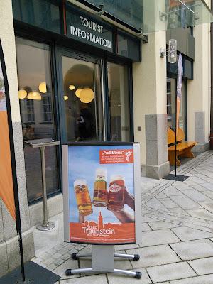 Bierwerbung vor dem Rathaus Traunstein