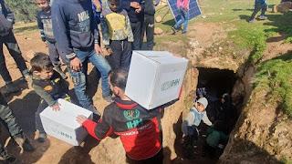 """""""الإغاثة الإنسانية"""" التركية تقدم مساعدات لعائلات نازحة في إدلب"""