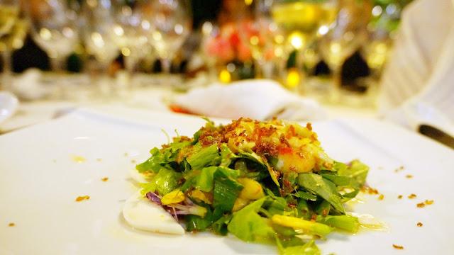 Salade de crabe et fruits de mer avec une sauce noix de coco assortie d'un vin Trivento Tribu Vugnier