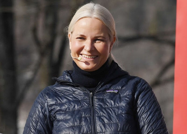 Princess Mette-Marit wore a micro puff doodie classic navy jacket from Patagonia, and red trekking trousers from Fjallraven
