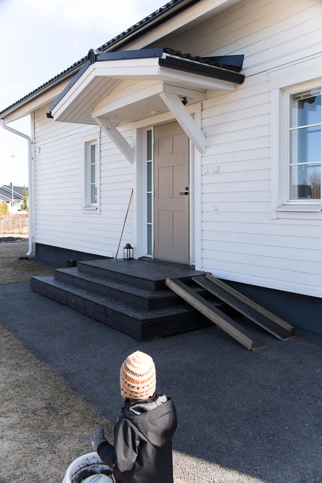 Villa H, etukuisti, musta kuisti, sisääntulo, ulko-ovi