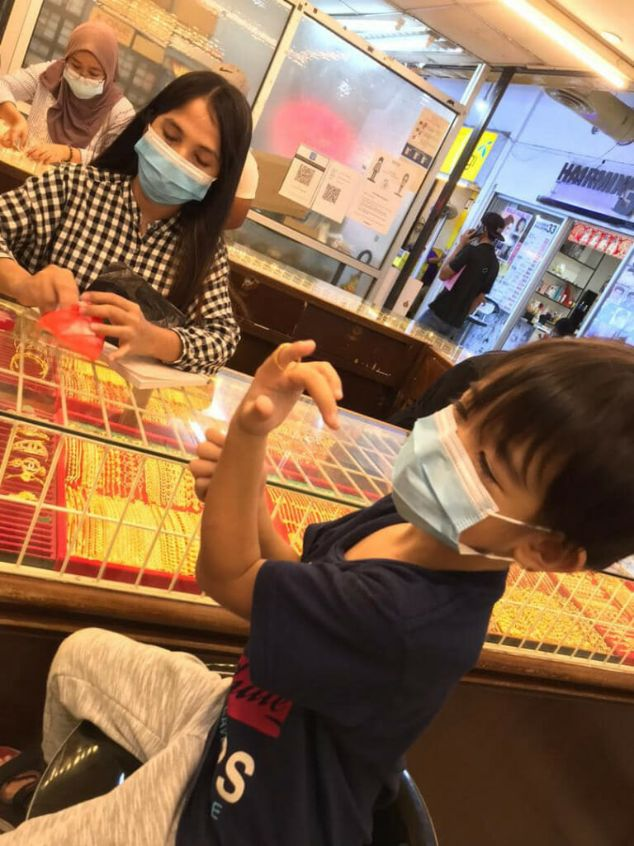 viral kid Malaysia buys gold for mom