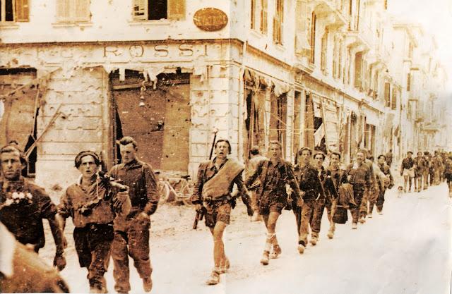 Partigiani delle Brigate Garibaldi sfilano a Ventimiglia, 1945