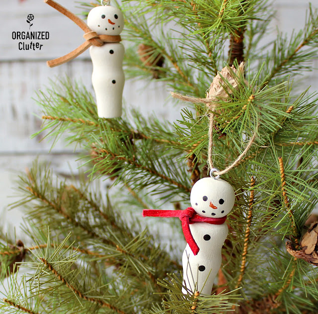 Easy DIY Wooden Peg Snowman Christmas Tree Ornaments #snowmanornament #DIYornament #DIYChristmas #Holidaydecor #crafting