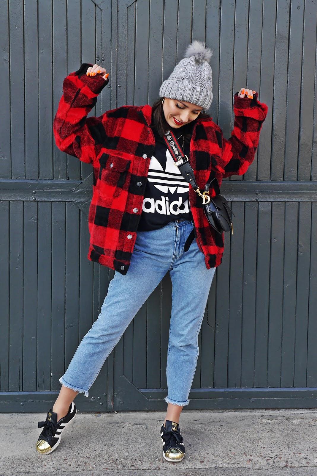 blog modowy blogerka modowa karyn niebieskie jeansy torebka siodło dior top adidas buty superstar złote noski kurtka w kratę miś teddy puławy
