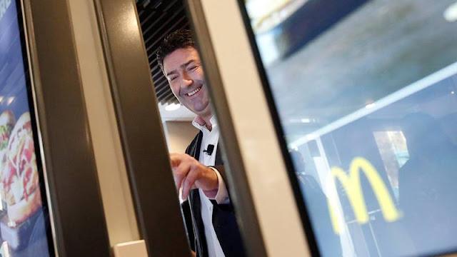 El CEO de McDonald's despedido por mantener relaciones con una empleada podría obtener una indemnización de 70 millones de dólares