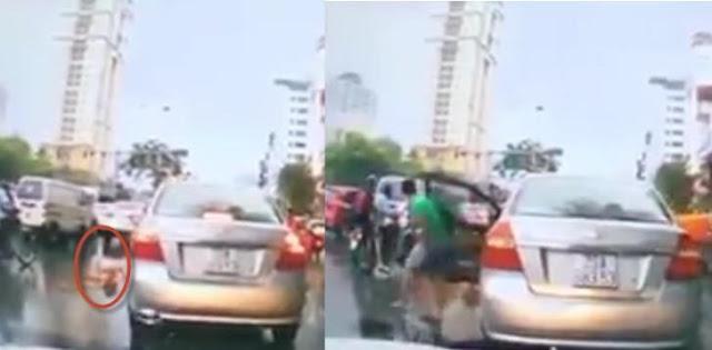 Clip tài xe ô tô dừng lại hôi của của người bán hàng rong gặp nạn: Khiến dân mạng sôi sục