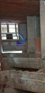 Cầu thang lên các tầng trong nhà yến