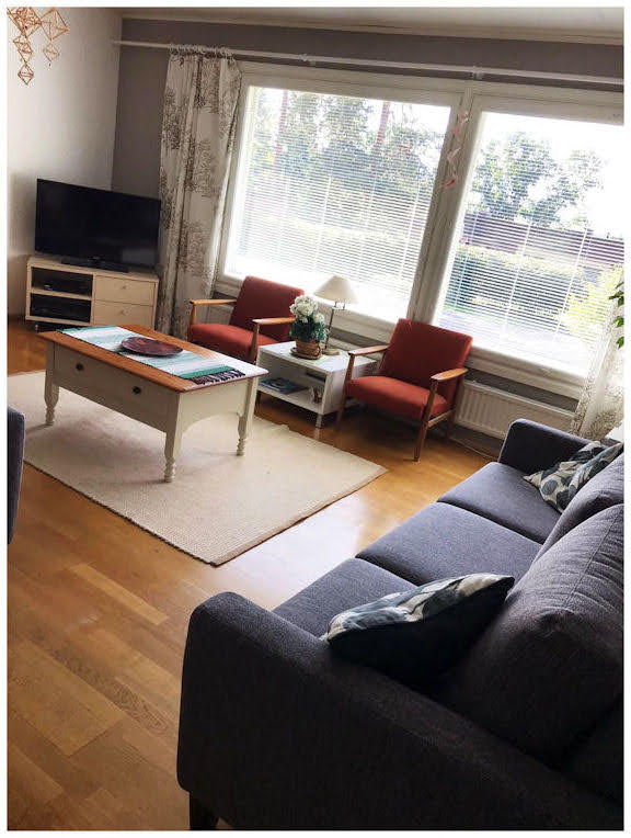 Se uusi sohva omassa ympäristössään ja upean ikkunanäkymän äärellä.