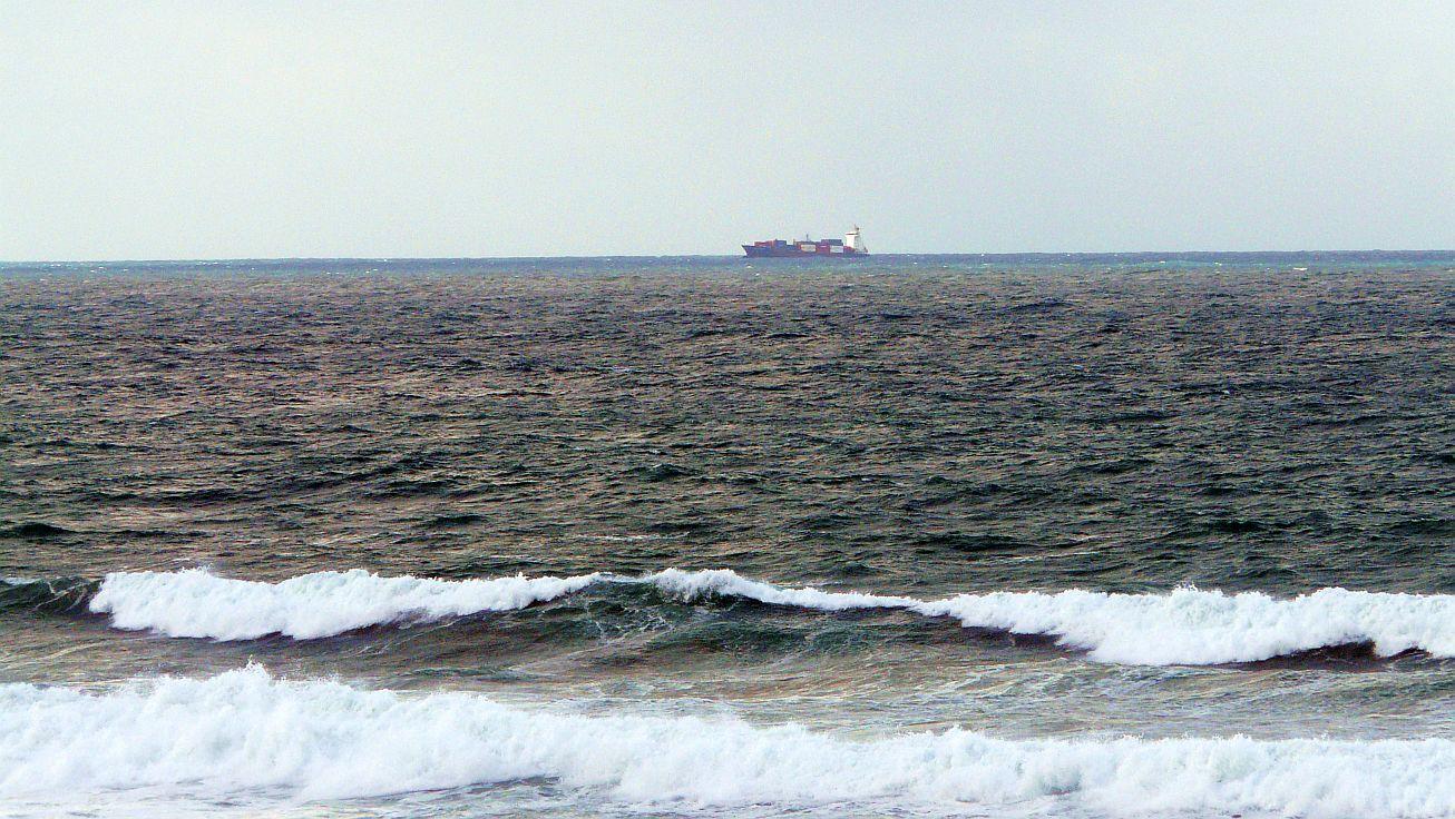 sopela 04 barco carguero al fondo