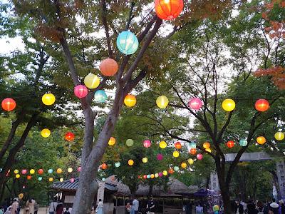 한국 민속촌의 저녁 등불. 등불을 켜놓고 내가 먼저 달려가 꽃으로 서 있을게