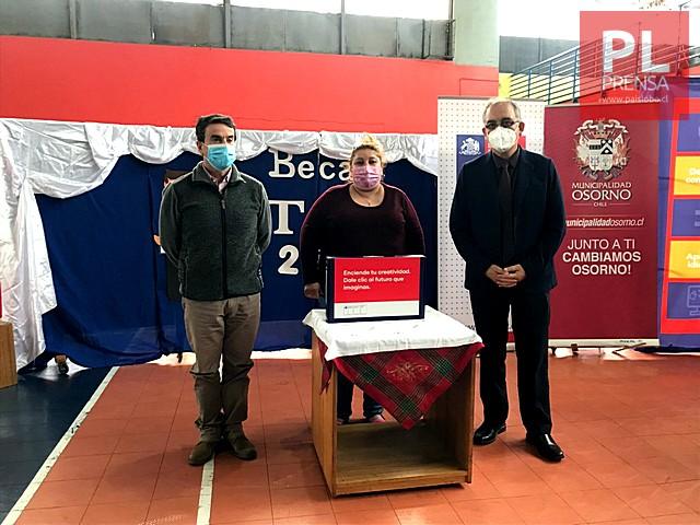 Alcalde Carrillo entrega computadores