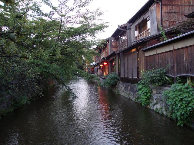 il retro delle machiya affacciate sul torrente