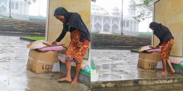 Tidak Mempunyai Rumah, Seorang Nenek Tinggal Di Halaman Masjid Sangat Menyedihkan
