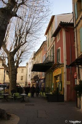 Il bel centro di Isle sur la Sorgue con vicoli e piazzette